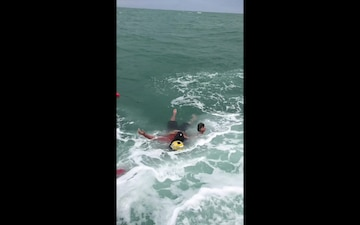 Coast Guard Rescues 4 After Boat Capsizes near Anclote Key, Fla.