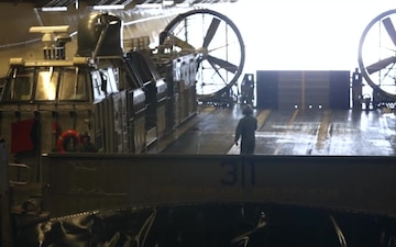 LCAC: USS Essex (LHD 2) well deck