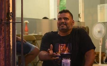 Hurricane Maria: Pastor Carlos Matos Iglesia Casa de Restuaraccion y Avivamiento serves hot meals in Ponce (in Spanish)