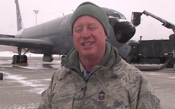 Iowa KC-135 crew chiefs clear snow & ice