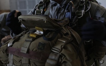Reconnaissance Marines conduct military free fall training in Texas