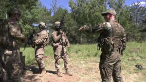 U.S. soldiers train on Polish weapons