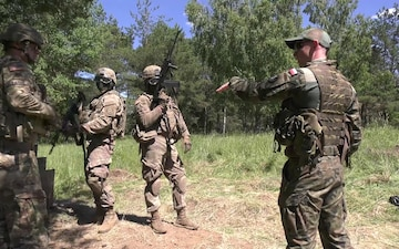 U.S. soldiers train on Polish weapons