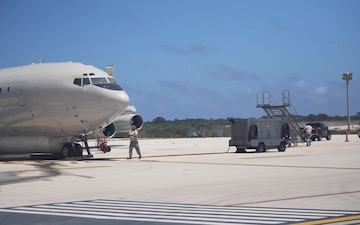 Team JSTARS maintenance personnel perform pre-flight maintenance on E-8C Joint STARS aircraft for exercise Valiant Shield 18 at Andersen AFB