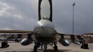 """""""Tigers"""" prepare F-16CM Fighting Falcon for night operation"""