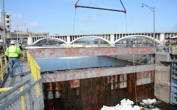 Bulkheads removed at Upper St. Anthony Falls Lock – last hurdle in $3 million upgrade