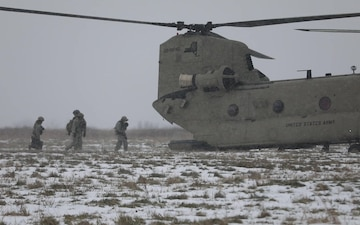 Chinook takes howitzer for a ride
