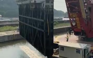Miter gate removed at Upper Mississippi Lock and Dam 2