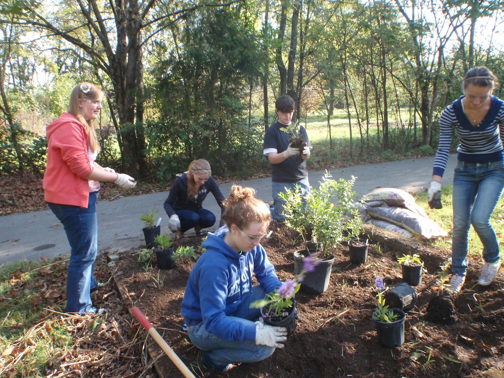 Volunteers spruce up Nashville District properties for National Public Lands Day