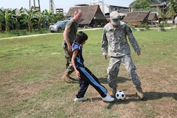 Thai students bring smiles to US service members
