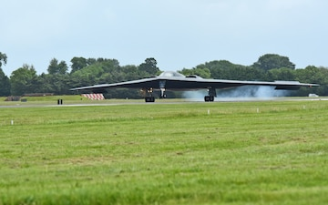 "Air Force B-2 ""Spirit"" Stealth Bombers arrive in UK"