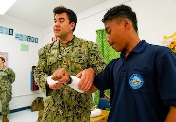 CSS-15 Sailors Teach Ocean of Knowledge to 8th Grade Students