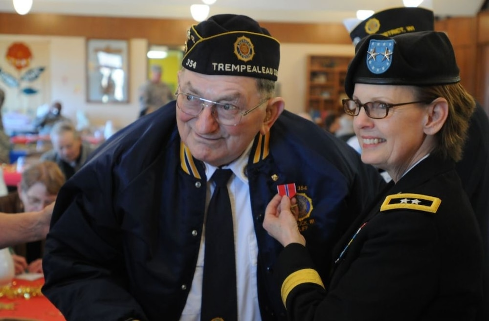 WWII veteran presented with Bronze Star Medal (2015)